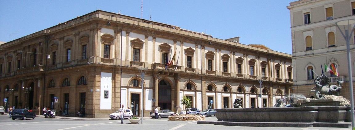 12. Caltanissetta - Piazza Garibaldi e Palazzo di Citta crop